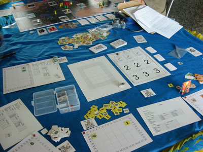 Os componentes do Maná em um playtest público: simples na confecção, mas guarda todas as características do jogo. A beleza foi posta de lado neste caso.
